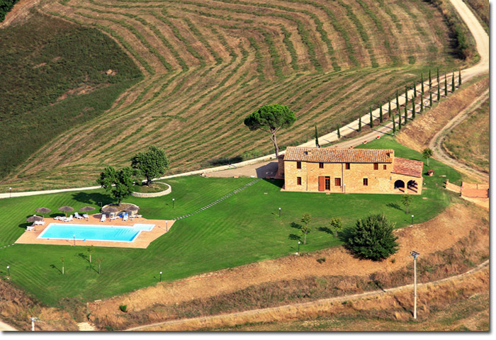 Siena PG - an old farmhouse overlooking the countryside